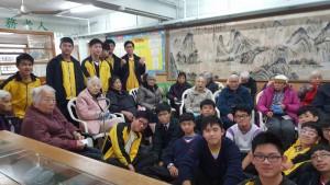 中四級義工活動,同學與長者合照